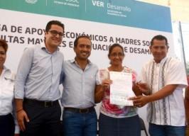 Entrega Fernando Yunes Márquez apoyo a mujeres en situación vulnerable