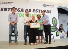 Alcalde Fernando Yunes Márquez realiza entrega de estufas ecológicas